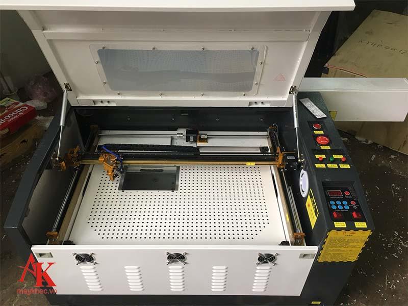 Máy khắc laser 6040 có thể khắc được nhiều bề mặt vật liệu khác nhau.