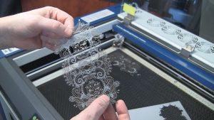 máy cắt giấy laser