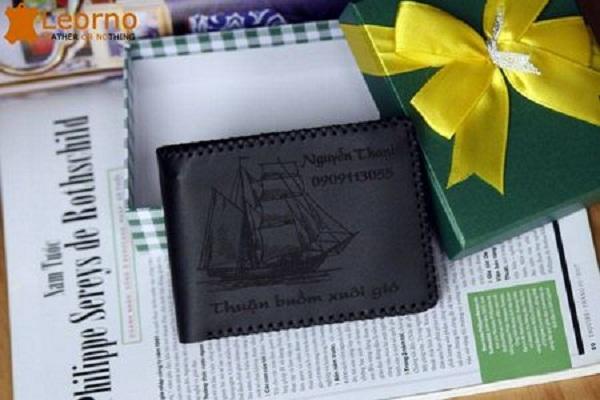 Tổng hợp các mẫu ví da khắc tên được ưa chuộng nhất hiện nay