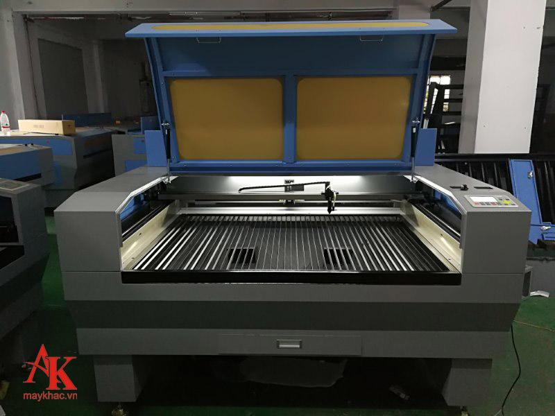 Máy khắc khổ lớn hoạt động tốt trong nhiều công ty, xí nghiệp cần khắc số lượng lớn nguyên vật liệu mỗi ngày.