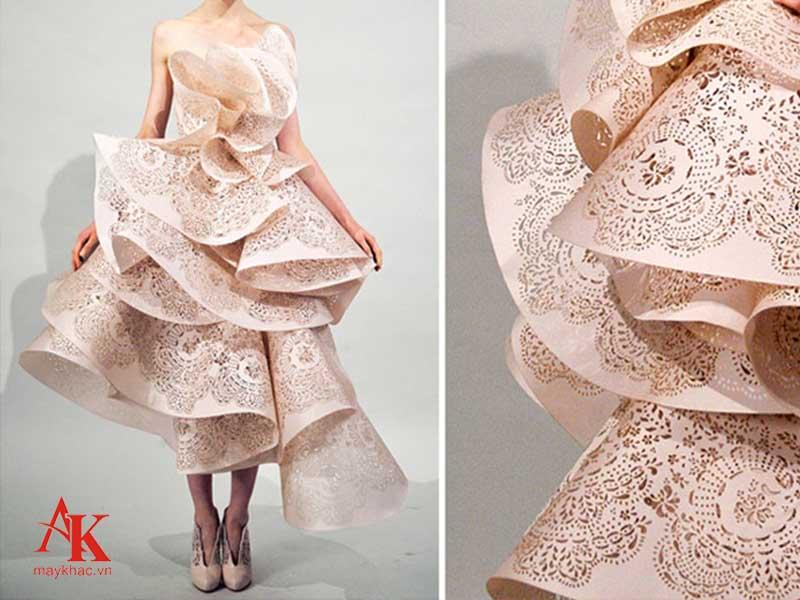 Máy khắc laser trên vải giúp mang đến những tác phẩm tinh tế, có giá trị kinh doanh cao