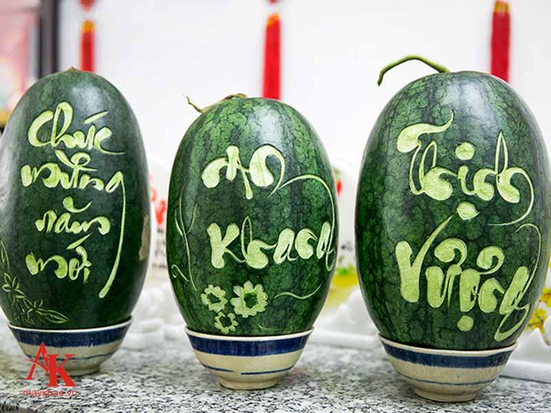 Khắc chữ tạo hình dưa hấu - sản phẩm kinh doanh ưu việt trong những ngày lễ tết